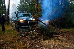 Atomkraftgegner besetzen immer wieder die Gleise der Castortransportstrecke im Waldstück bei Harlingen . Auf den Waldwegen wurden einige kleinere brennende Barrikaden errichtet die, die Polizei aber schnell wieder endfernte. <br /> <br /> Ort: Leitstade<br /> Copyright: Malte Dörge<br /> Quelle: PubliXviewinG