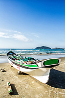 Barco de pesca na areia na Praia do Santinho. Florianópolis, Santa Catarina, Brasil. / Fishing boat on the sand at Santinho Beach. Florianopolis, Santa Catarina, Brazil.