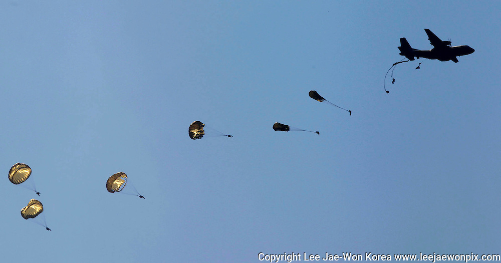Soldiers of the special warfare command parachute to the ground during a demonstration on the eve of the Armed Forces Day anniversary at the Gyeryong military headquarters in Gyeryong, about 140 km (87 miles) south of Seoul September 25, 2012. /Lee Jae-Won