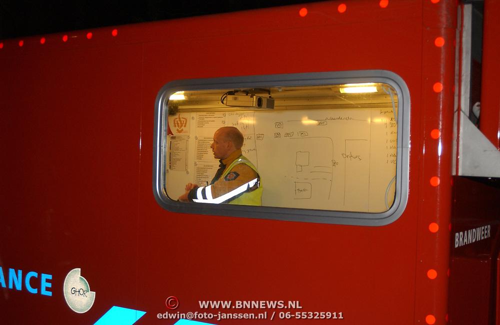 Brand in woning met rieten kap Driftweg 202 Huizen, commandant Jaap Weijermans heeft overleg in de commandocontainer