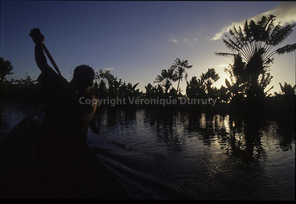Pagayer lentement. CANAL DES PANGALANES, MADAGASCAR