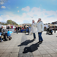 Nederland, Amsterdam , 14 april 2012..Mosveld in Amsterdam Noord afgelopen zaterdag. Twee rokende dames in gezellige witte winterjassen..Foto:Jean-Pierre Jans