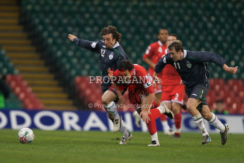 CARDIFF, WALES - Saturday, November 17, 2007: Wales' Simon Davies is tackled by Republic of Ireland's goalkeeper Stephen Hunt and Aiden McGeady during the UEFA Euro 2008 Qualifying Group D match at the Millennium Stadium. (Pic by David Rawcliffe/Propaganda)