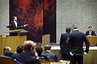 Nederland. Den Haag, 4 februari 2009.<br /> Pechtold (L) reageert verontwaardigd op de woorden van CDA fractievoorzitter van Geel ( op de rug gezien achter de interruptiemicrofoon). Balkenende luistert in vak K. Achter van Geel wacht ChristenUnie fractievoorzitter Arie Slob op zijn beurt.<br /> Debat over Irak in de Tweede Kamer.. De Tweede Kamer debatteert over het plan van premier Jan Peter Balkenende om een onderzoekscommissie in te stellen naar de besluitvorming rond Irak in 2003. Balkenende kondigde maandag aan dat hij de jurist Willibrord Davids heeft gevraagd deze commissie te leiden. <br /> Foto Martijn Beekman<br /> NIET VOOR PUBLIKATIE IN LANDELIJKE DAGBLADEN.