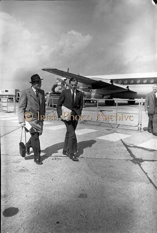 """Santa Claus"", winner of the English Derby, arriving back in Dublin by air after his victory at Epsom. .04.06.1964"