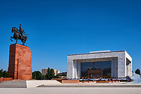 Kirghizistan, Bishkek, place Ala-Too, musée National de l'Histoire et la statue de Manas // Kyrgyzstan, Bishkek, Ala-Too square, State History Museum and Manas statue