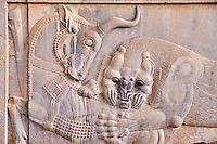 Iran, province du Fars, Persepolis, patrimoine mondial de l'UNESCO, bas relief // Iran, Fars Province, Persepolis, World Heritage of the UNESCO, Bas-relief of a fighting bull and lion