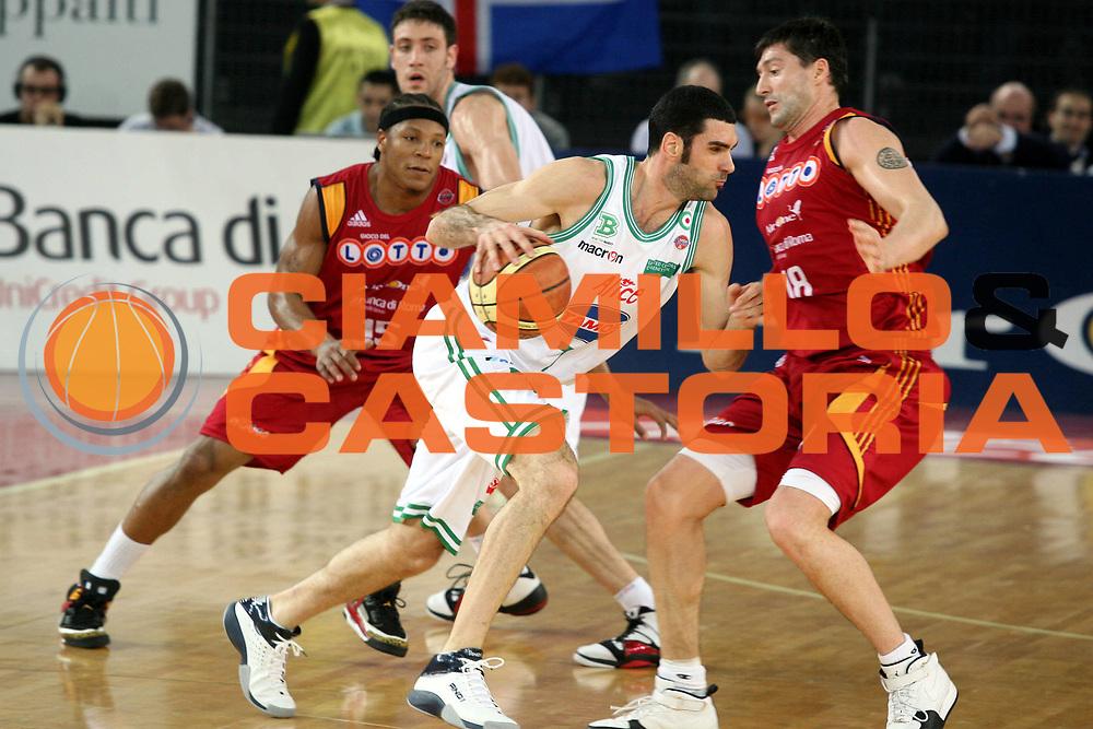 DESCRIZIONE : Roma Lega A1 2007-08 Lottomatica Virtus Roma Benetton Treviso<br />GIOCATORE : Matteo Soragna Roberto Gabini<br />SQUADRA : Benetton Treviso<br />EVENTO : Campionato Lega A1 2007-2008<br />GARA : Lottomatica Virtus Roma Benetton Treviso<br />DATA : 02/03/2008<br />CATEGORIA : Palleggio Difesa<br />SPORT : Pallacanestro<br />AUTORE : Agenzia Ciamillo-Castoria/G.Ciamillo