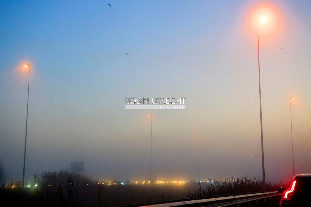 op de snelweg de a 12  auto's in de file op de snelweg in de mist tijdens de ochtendspits ROBIN UTRECHT
