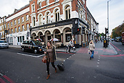 Een vrouw steekt de straat over in de Londense wijk Islington.<br /> <br /> A woman is crossing the street in London district Islington.