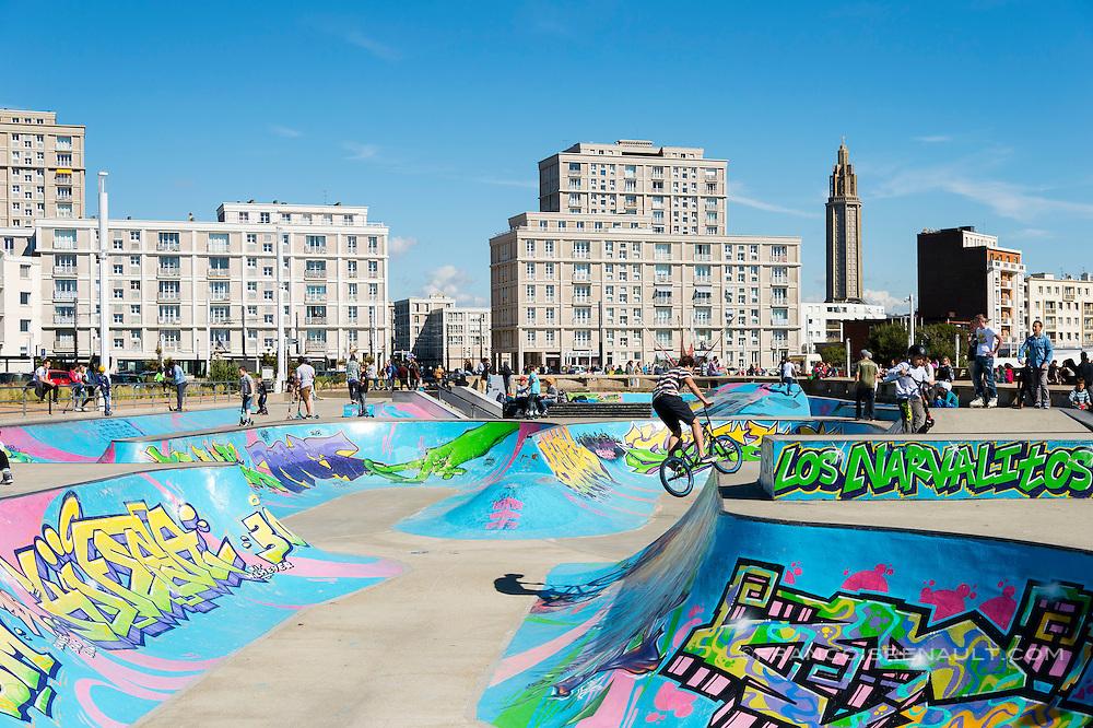 Le Havre, le skate park situé entre la Porte Océane et la plage / Le Havre, the skate park located between the Ocean Gate and the beach.
