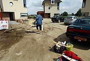 Nederland, Beuningen, 9-8-2005..Na oplevering van een nieuwbouwhuis moet met de inrichting en verhuizing begonnen worden. Tuin, tuinaanleg. Opgeleverde nieuwe woningen Ganzeneiland. Koophuis, koopwoning, huizenaanbod, huizentekort, woningmarkt, hypotheek, aannemer, huis...Foto: Flip Franssen/Hollandse Hoogte