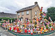 Nederland, Weurt, 26-8-2018Huis met tientallen tuinkabouters en andere tuinbeeldjes in de voortuin. Foto: Flip Franssen