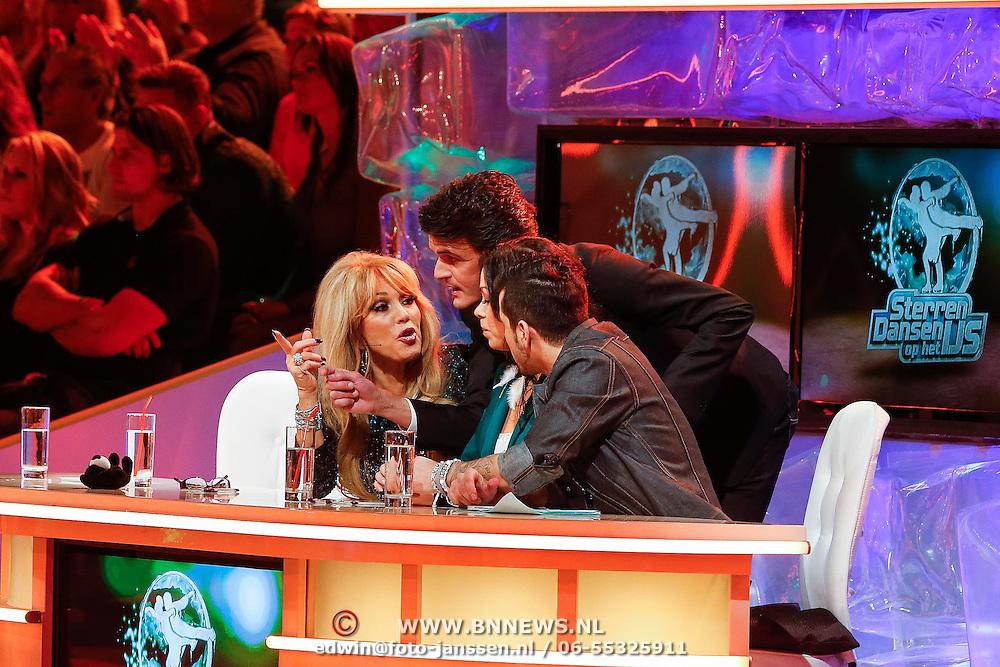 NLD/Hilversum/20130105 - 2de Liveshow Sterren Dansen op het IJs 2013, jury overleg, Maurice Wijnen, Paptricia Paay, Marine Zuiderwijk en Jody Bernal