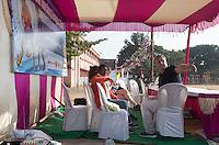 KHUNTI (Jharkhand) -  Finaledag Interschool Hockey League 2016. ONE MILLION HOCKEY LEGS  is een project , geïnitieerd door de Nederlandse- en Indiase overheid, met het doel om trainers en coaches op te leiden en  500.000 kinderen in India te laten hockeyen.  Ex international Floris Jan Bovelander (r)  is een van de oprichters en het gezicht van OMHL. COPYRIGHT KOEN SUYK