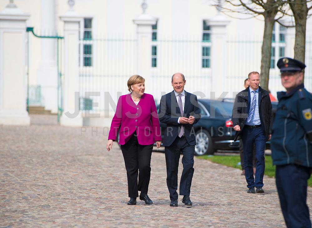 DEU, Deutschland, Germany, Gransee, 11.04.2018: Bundesfinanzminister Olaf Scholz (SPD) und Bundeskanzlerin Dr. Angela Merkel (CDU) auf dem Weg zu einer Pressekonferenz bei der Klausurtagung des Bundeskabinetts im Schloss Meseberg.