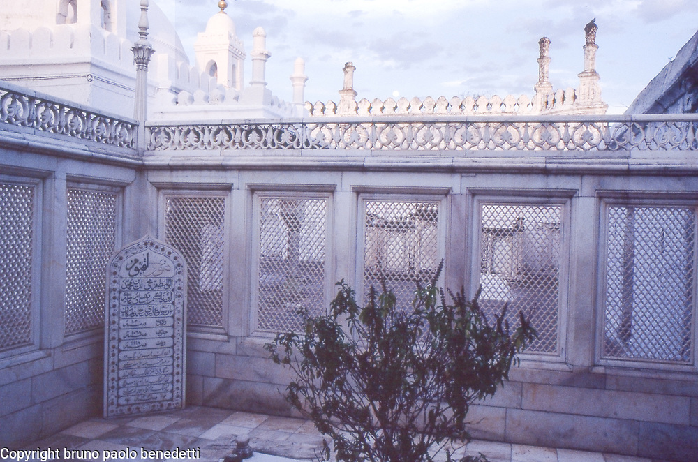 emperor Aurangzeb's tomb.The grave of emperor Aurangzeb, located in an islamic cemetery in the Indian state of Maharashtra
