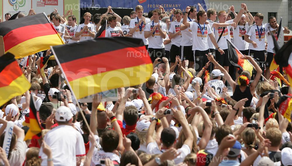 Fussball WM 2006  Finale , 24Stunden Endspiel   Empfang der deutschen Nationalmannschaft auf der Fanmeile am Brandenburger Tor. Die Mannschaft laesst sich von den Fans frenetisch feiern