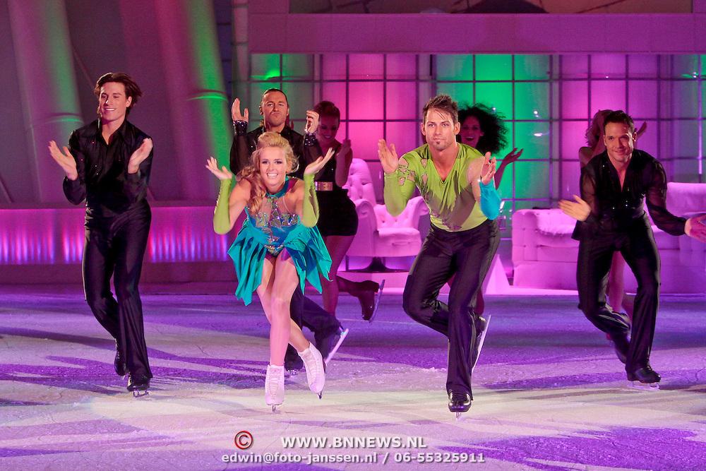 NLD/Hilversum/20110326 - 9de Liveshow Sterren Dansen op het IJs, Monique Smit en Joel Geleynse met dansers van Holiday on Ice