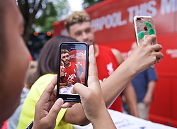 BOSTON, MASSACHUSETTS, USA - Monday, July 22, 2019: Liverpool's Alex Oxlade-Chamberlain with supporters after a training session at Ohiri Field near Harvard Stadium on day seven of the club's pre-season tour of America. (Pic by David Rawcliffe/Propaganda)
