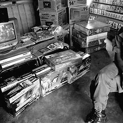 Dans un vidéo-club, au Bénin, à Natitingou...La plupart des films vendus sont des copies pirates, en Afrique de l'Ouest.