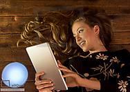 Junge Frau mit Tablet und LED-Leuchte (model-released)