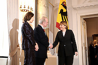 07 JAN 2004, BERLIN/GERMANY:<br /> Johannes Rau (M), Bundespraesident, seine Frau Christina Rau (L), und Angela Merkel (R), CDU Bundesvorsitzende, waehrend des Deefiles, Neujahrsempfang des Bundespraaesidenten, Schloss Bellevue<br /> IMAGE: 20040107-01-018<br /> KEYWORDS: Empfang, Neujahr, Bundespr&auml;sident, Gattin, Praesidentengattin, Pr&auml;sidentengattin