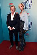 Premiere van de musical On Your Feet! in het Beatrix Theater , Utrecht. . De voorstelling vertelt het leven van zangeres Gloria Estefan en haar man Emilio.<br /> <br /> Op de foto:   Jan en Monique des Bouvrie
