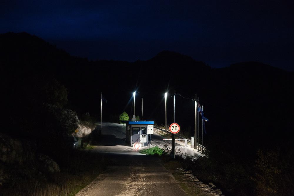 Der kleine Ort Neum liegt in Bosnien-Herzegovina und bildet den einzigen Zugang zum Meer des Balkanlandes. Auf einer Länge von 9 km durchschneidet der Ort das kroatische Staatsgebiet (Neum-Korridor) Seit dem EU-Beitritt Kroatiens ist Neum auf beiden Seiten von EU-Außengrenzen eingeschlossen. / The small city of Neum in Bosnia and Herzegovina is the only place in Bosnia, where the country has access to the adriatic sea. Over a length of 9 kilometers the area cuts Croatian territory in two pieces. Since Croatia became part of the European Union, the city of Neum is enclosed between two EU-boarders.