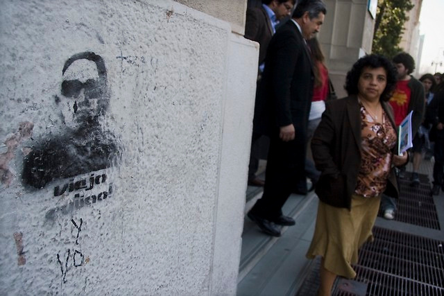 Anti-pinochet graffiti was paint in a wall at downtown in Santiago, Thursday, Sept. 11, 2008. Chileans remember the 35th anniversary of the military coup haed by former dictator Augusto Pinochet where Allende dies.