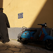 Orthodox priest in a street of Corfu, Greece. Prêtre orthodoxe dans une rue de Corfou, Grèce.