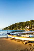 Barco sobre a areia na Praia da Lagoinha. Florianópolis, Santa Catarina, Brasil. / Boat on the sand at Lagoinha Beach. Florianopolis, Santa Catarina, Brazil.