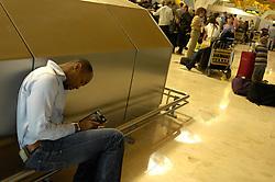 19.04.2010, Flughafen Barajas, Madrid, ESP, Flughafen Madrid Barajas im Bild wartende Fluggäste, ein Mann schläft, Auch in Spanien kommte es durch den Vulkanausbruch in Island zu grossen Verzögerungen, EXPA Pictures © 2010, PhotoCredit: EXPA/ Alterphotos/ ALFAQUI/ R. Perez / SPORTIDA PHOTO AGENCY