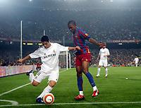 Fotball . 1. april 2006 , Barcelona - Real Madrid ,  Cicinho , Real Madrid  og Etoo , Barcelona<br /> Foto: Pep Morata , Digitalsport