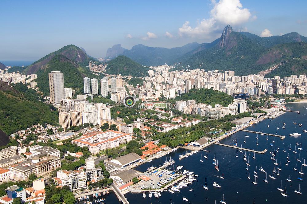Rio de Janeiro visto de cima, com o Pao de Acucar e o Bairro da Urca / Rio de Janeiro from above, with the Sugarloaf Mountain and Urca residential neighborhood.