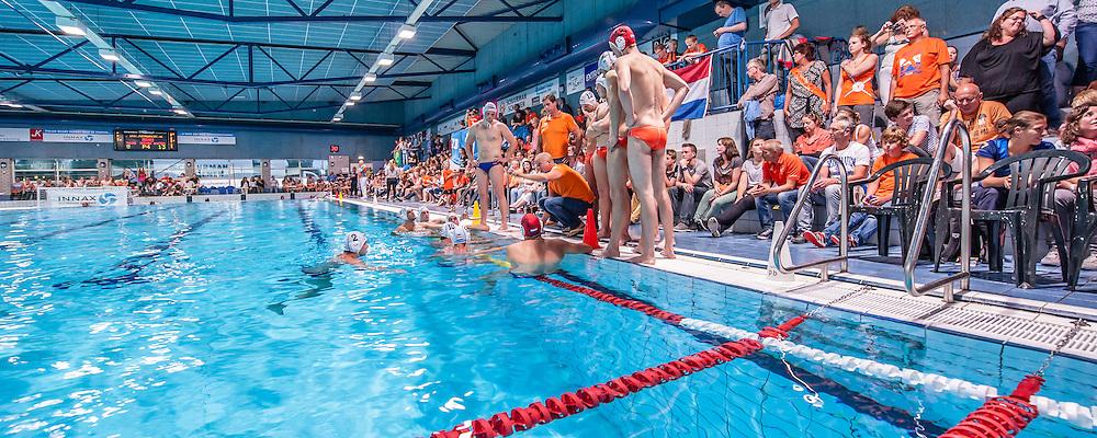 Waterpolo Ede Zomertour 2014 oefeninterland Nederland - Brazilie: Coach Robin van Galen instrueert zijn Oranje