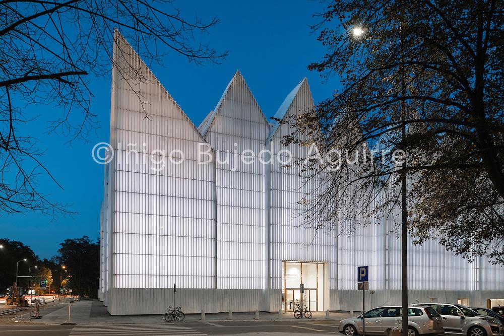 Corner elevation at night. Szczecin Philharmonic Hall, Szczecin, Poland. Architect: Estudio Barozzi Veiga, 2014.