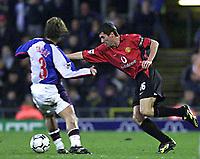 Fotball - Premier League - 22.12.2002<br /> Blackburn v Manchester United<br /> Roy Keane - United<br /> Tugay - Blackburn<br /> Foto: Aidan Ellis, Digitalsport