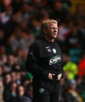 Photo: Andrew Unwin.<br />Glasgow Celtic v Inverness Caledonian Thistle. Bank of Scotland Scottish Premier League. 18/11/2006.<br />Celtic's Gordon Strachan keeps his hands warm.
