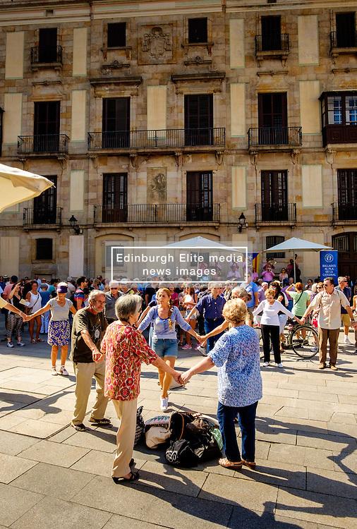 Catalans dancing the Sardana, a traditional dance in the Palau de la Generalitat de Catalunya near Barcelona Cathedral<br /> <br /> (c) Andrew Wilson   Edinburgh Elite media