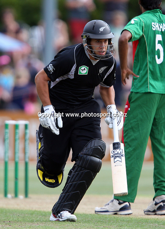 Ross Taylor takes a quick single.<br /> Cricket - 2nd ODI New Zealand Black Caps v Bangladesh, 8 February 2010, University Oval, Dunedin, New Zealand.<br /> International Cricket Season 2009/2010<br /> Photo: Rob Jefferies/PHOTOSPORT