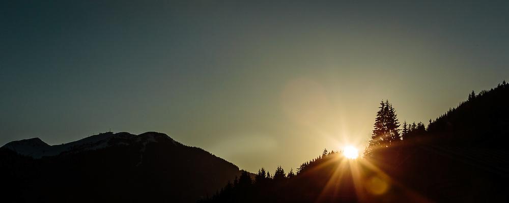 THEMENBILD - Sonnenuntergang mit Baum - und Bergsilhouetten, links die Bergstation des Zwölferkogel Lifts, aufgenommen am 29. April 2016 in Saalbach, Oesterreich // Sunset with tree - and mountain silhouettes, left the mountain station of the Zwölferkogel lift, on 2016/04/29 in Saalbach, Austria. EXPA Pictures © 2016, PhotoCredit: EXPA/ JFK