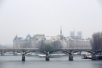 "France, Paris (75), les rives de la Seine, classées Patrimoine Mondial de l'UNESCO, pont des Arts et la cathédrale Notre-Dame // France, Paris, Seine river bank, Bridge ""Pont des Arts"" and Notre Dame cathedral"