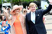 Koning Willem-Alexander en koningin Maxima brengen een streekbezoek aan Noardwest Fryslan.<br /> <br /> King Willem-Alexander and Queen Maxima bring a regional visit to Northwest Friesland<br /> <br /> Op de foto / On the photo: -Aankomst gemeentehuis Het Bildt / Arrival townhall Het Bildt