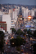 Juiz de Fora_MG, Brasil...Vista panoramica de Juiz de Fora ao anoitecer...The panoramic view of Juiz de Fora at nightfall...Foto: LEO DRUMOND / NITRO.