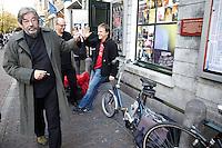"""Nederland.  Utrecht, 5 november 2011 <br /> Historicus en partijlid Maarten van Rossum heeft zijn betoog in de zaal afgesloten en gaat huiswaarts. Buiten Tivoli treft hij kandidaat partijvoorzitter Hans Spekman. Van Rossum zegt toe op Spekman te stemmen. Linkse Vernieuwing. Leden van zes PvdA-afdelingen starten een traject om de Nederlandse progressieve beweging van nieuwe ideeën en energie te voorzien. """"De komende jaren worden ingrijpende besluiten genomen over bezuinigingen, onze economie, de Europese Unie en de integratie, en juist daarom is er grote maatschappelijke behoefte aan een modern en sterk progressief alternatief"""" staat in een gemeenschappelijke verklaring van voorzitters en leden van de afdelingen Groningen, Eindhoven, Nijmegen, Maastricht, Enschede en Utrecht. Iedereen die links georiënteerd is, is welkom om op grote bijeenkomsten op zaterdag 5 november te praten over hoe zo'n moderne, progressieve beweging eruit ziet. De leden en afdelingen willen met zoveel mogelijk mensen in gesprek en de opbrengsten van alle discussies gebruiken om linkse politiek inhoudelijk en organisatorisch te vernieuwen. Partij van de Arbeid, PvdA, sociaaldemocratie, sociaal-democratie, politiek, politieke partij, democratie<br /> Foto : Martijn Beekman"""