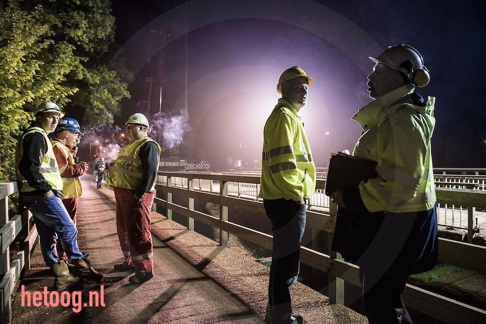 nederland, enschede, 28 29 april 2014 Sloop van de 150 jaar oude brug (in de Noord-Esmarkerrondweg) over het spoor Enschede-Gronau.