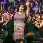 NLD/Amsterdam/20160309 - Koningin Maxima aanwezig bij 10 jarig bestaan Leerorkest Lustrumconcert, optreden operazangeres Tania Kross