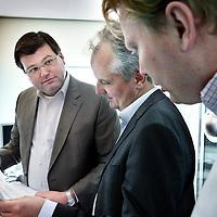 Nederland, Tilburg , 24 mei 2011..Jeroen van Breda Vriesman (lid Raad van Bestuur) met rode das en Ralf Rikze (directeur Levenbedrijf) met blauwe bloes en zwart colbert, bezoeken de afdeling van Achmea met medewerkers waar ze even daarvoor een rondetafelgesprek mee hebben gevoerd..Op de foto Ralf Rikze op de afdeling tussen medewerkers van Achmea Tilburg..Foto:Jean-Pierre Jans