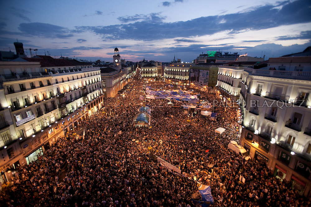 Protesters gather at Puerta del Sol square on May 21, 2011 in Madrid, Spain. Spanish demontrators furious over the economic crisis, unemployment and politics are now one week-long protest, despite a 48 hours protest ban, ahead of local elections.  (© Pablo Blazquez)